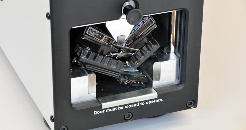 le destructeur de médias Intimus Crusher perce un trou dans les disques durs d'ordinateur